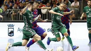 Juninho y Llamas disputan un balón con Marcenio durante el partido de...