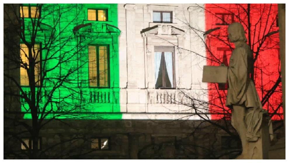 La bandera de Italia ilumina el Ayuntamiento de Milán.