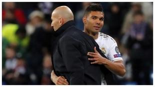 Casemiro y Zidane se abrazan durante un partido del Madrid.