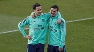 Brahim bromea con Lucas Vázquez en un entrenamiento con el Madrid.