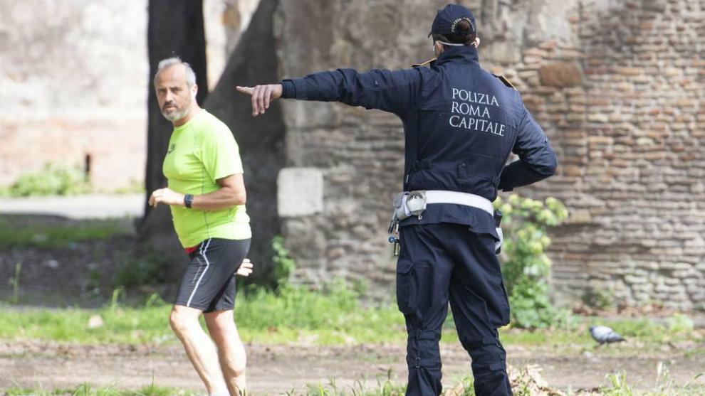 Un policía amonesta a un corredor