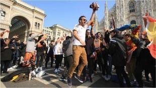 Aficionados del Valencia, en la Piazza del Duomo en Milán, el 19 de...