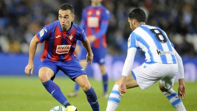 Gonzalo Escalante, con el control del balón ante Mikel Merino.