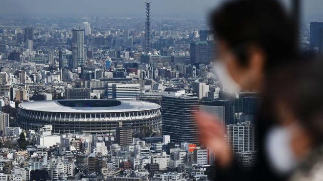 De fondo, el estadio olímpico de Tokio.
