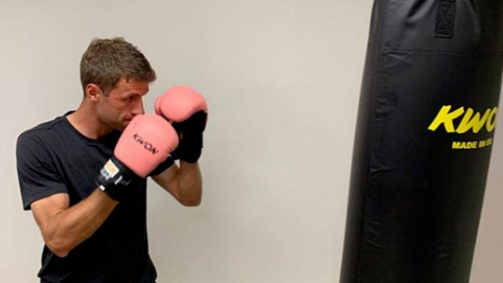 Thomas Müller golpea un saco de boxeo.
