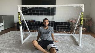 Cesc Fàbregas, junto a la portería que tiene en casa.