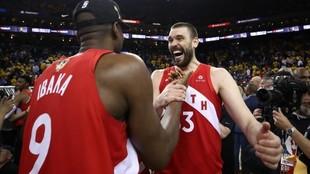 Serge Ibaka y Marc Gasol celebran el título de la NBA conquistado en...