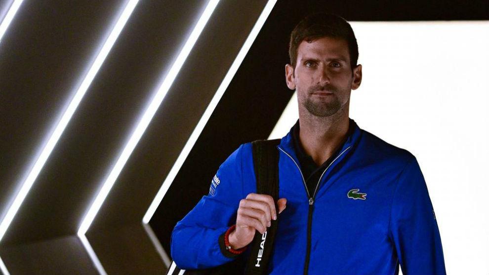 Djokovic entrando en una pista