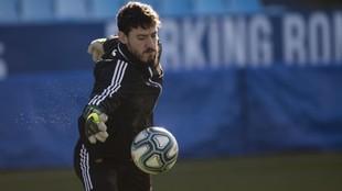 Cristian Álvarez detiene un balón en un entrenamiento.