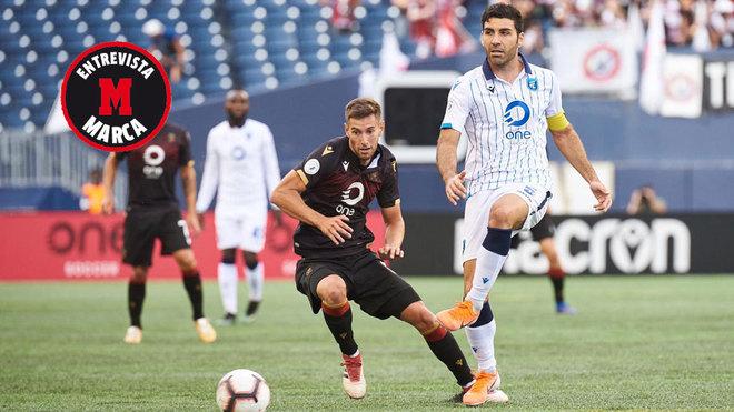 Ramón Soria golpea el balón en un partido con el FC Edmonton.