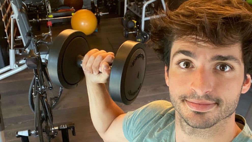 Carlos Sainz, entrenándose en el gimnasio de casa.