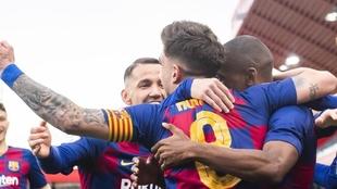 Los jugadores del Barça B celebran un gol