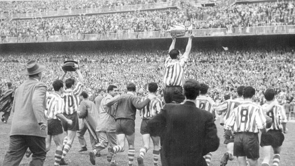 Gainza, on the shoulders of his teammates, walks the champion trophy.