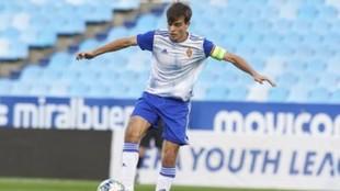 Francho Serrano controla un balón con el juvenil.