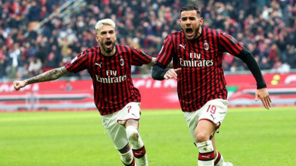 Samu Castillejo celebra junto a Theo Hernández un gol del Milan a...