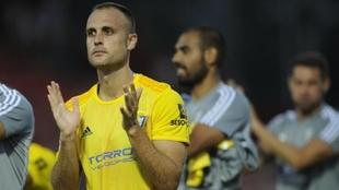 Juan Cala aplaude a la afición del Cádiz tras el partido ante el...