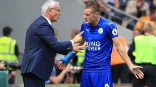 Ranieri donne des instructions à Vardy pendant son séjour à Leicester