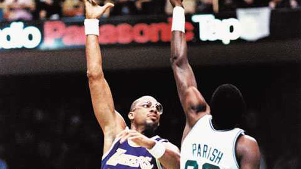 Kareem Abdul-Jabbar lanza por encima de Robert Parish