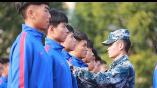 Un militar pasa revista a los futbolistas del Shanghai Shenhua, equipo...