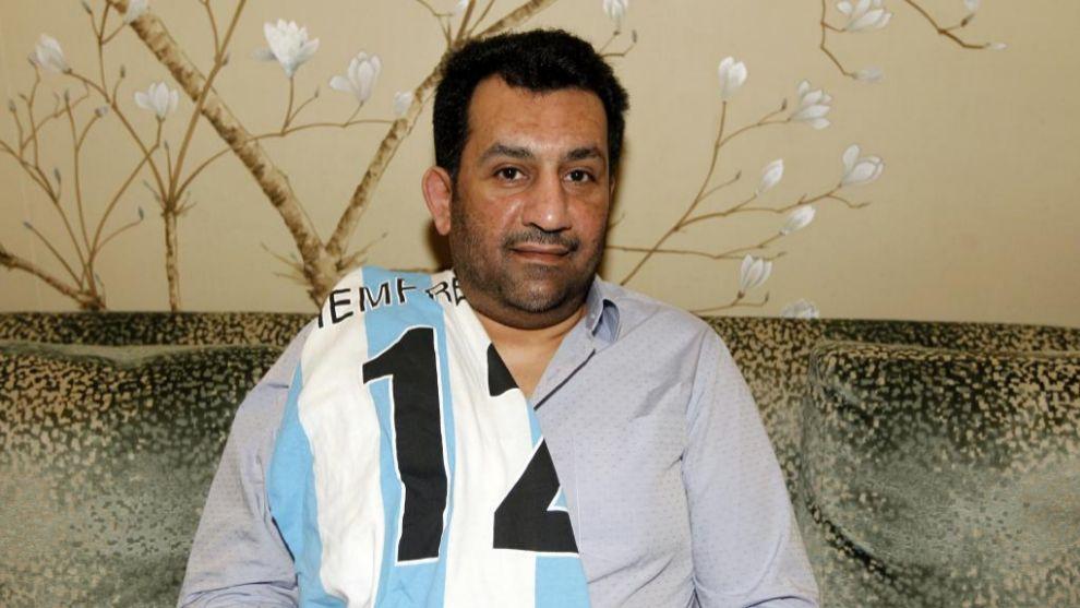 Al Thani posa para MARCA con la camiseta del Málaga durante una...