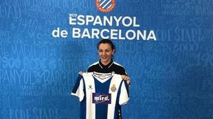 Anair Lomba posa con la camiseta de Espanyol tras llegar en el mercado...