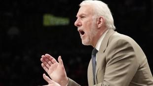 Gregg Popovich dirigiendo a los San Antonio Spurs en la NBA