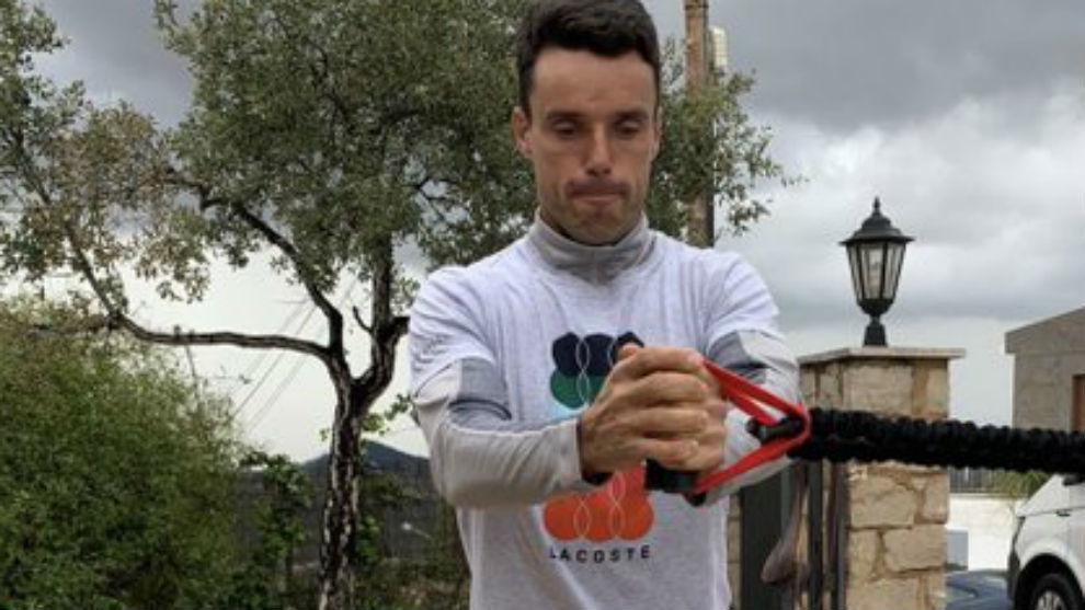 Bautista trabaja con unas gomas en el jardín de su casa