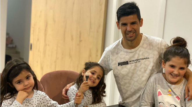 Nolito poses with his three daughters at home.