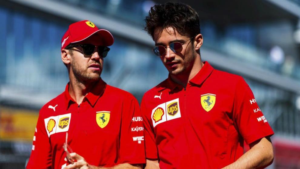 Charles Lecerlc y Sebastian Vettel caminan juntos.
