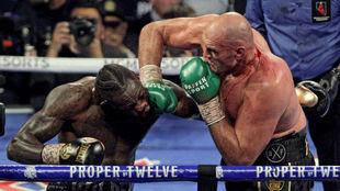 Tyson Fury golpea a Deontay Wilder en la pelea de febrero.