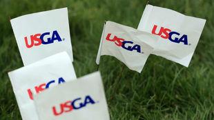 Varias banderas con el logo de USGA en el último Open de Estados...