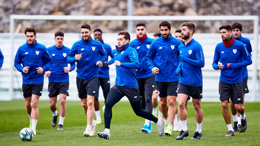 Córdoba se adelanta al grupo para golpear un balón durante una serie...