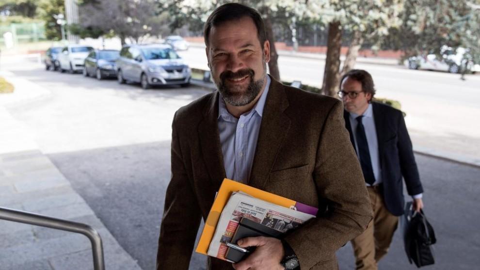 Alfonso Reyes, presidente de la ABP, entrando a una reunión en el...