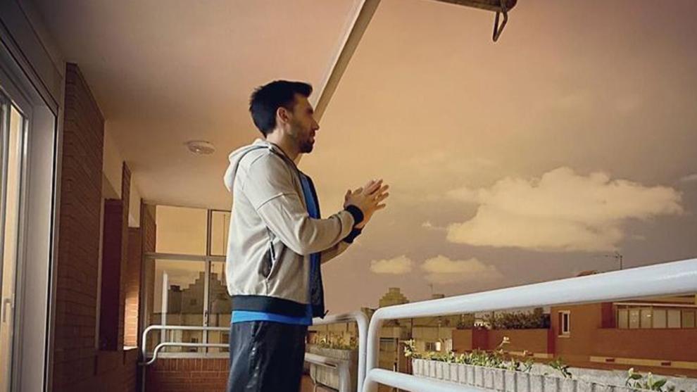 Eder Sarabia, aplaudiendo en su balcón.
