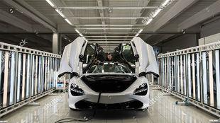 Un McLaren 720s en la planta de producción británica.