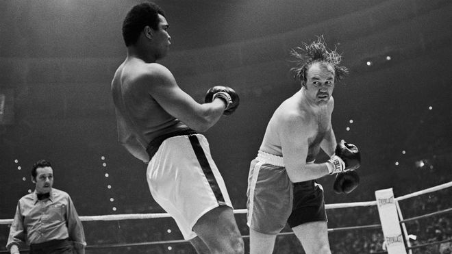 Wepner intenta golpear a Ali.