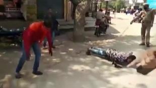 La policía de India castiga con golpes y flexiones a quienes se saltan el confinamiento