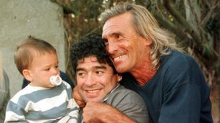 Maradona, en una imagen de archivo junto a Gatti, antes de jugar el...