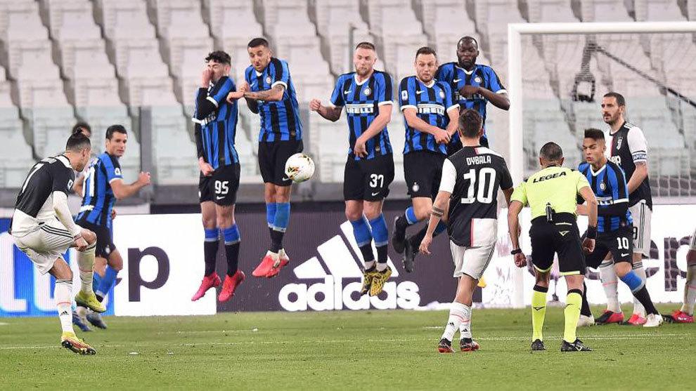 Cristiano lanza una falta durante el Juve-Inter.
