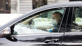 Un conductor con mascarilla en un desplazamiento durante estos días.
