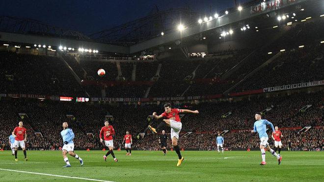 Maguire despeja el balón durante el último United-City.