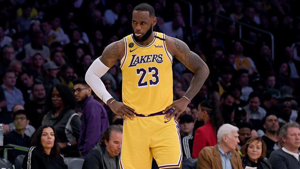 LeBron James en un partido con los Lakers ante los Nets