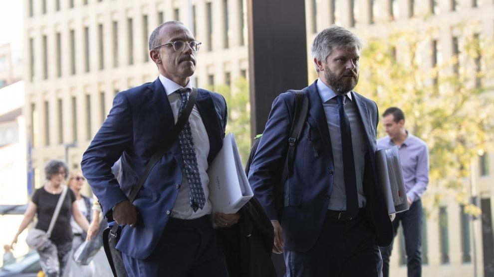 Rodrigo García, a la derecha, abogado de LAFFER, a la entrada del...
