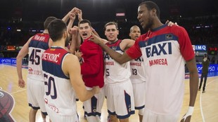 Los jugadores del BAXI Manresa celebran un triunfo.