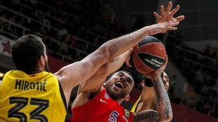 Mike James entra a canasta entre Mirotic y Hanga.