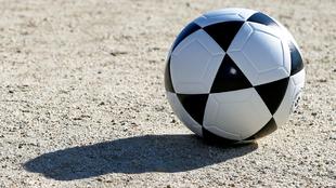 Pelota de fútbol Mikasa en en campo de tierra