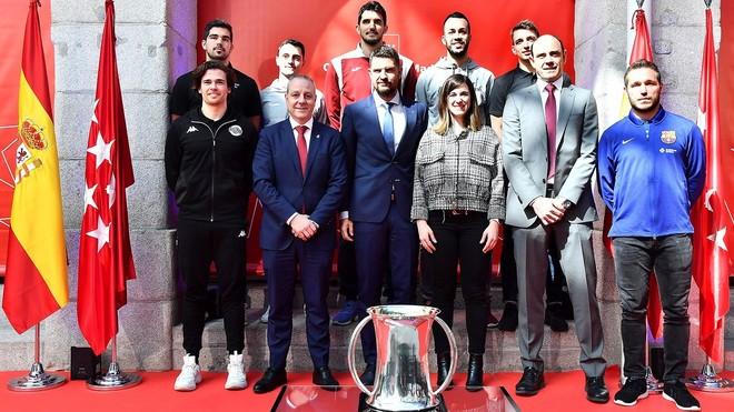 Francisco Blázquez y los capitanes de los clubes participantes en la...