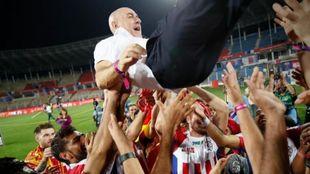 Los jugadores del ATK mantean a Antonio López.