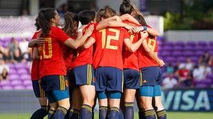 Las jugadoras de la selección española se abrazan tras marcar un...