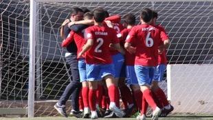 Los jugadores del Atlético Saguntino celebran un gol.